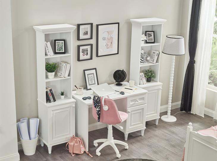 Lora Buro met boekenkasten